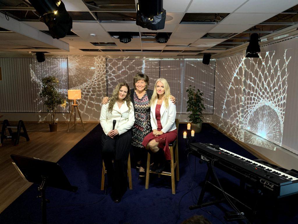 BILDE: Mor og datter, Helen Borge Johansen og Elen Victoria Borge Lysgård, sier seg fornøyde med dagens innsats. Mellom dem har vi programleder Randi Filtvedt Johansen.