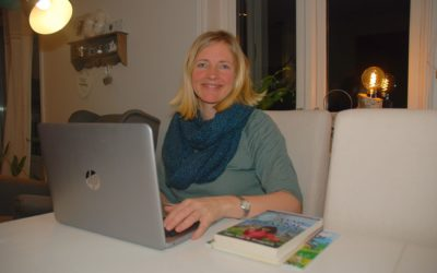 Forfatter Inger Drangsholt med Hauge-bok for ungdom