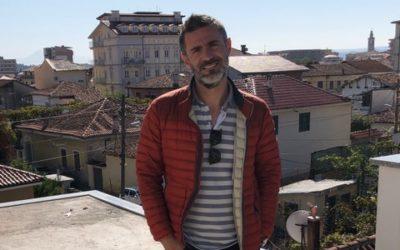Koli Puka prøver igjen – ankommer Norge og blir med på Albania-aksjonen